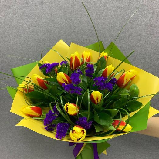 Букет из ярких Тюльпанов со статицей