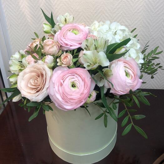 Цветы в коробке с ранункулюсами и гортензией