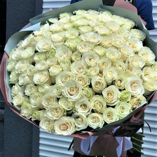 """101 роза """"Белая"""" в дизайнерской упаковке"""