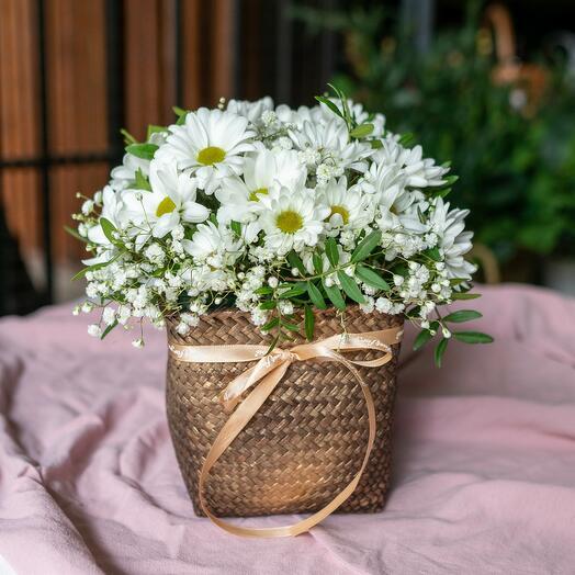 Плетеная корзина с хризантемами