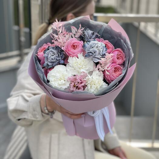 Букет Флай из диантуса, кустовой пионовидной розы и эустомы