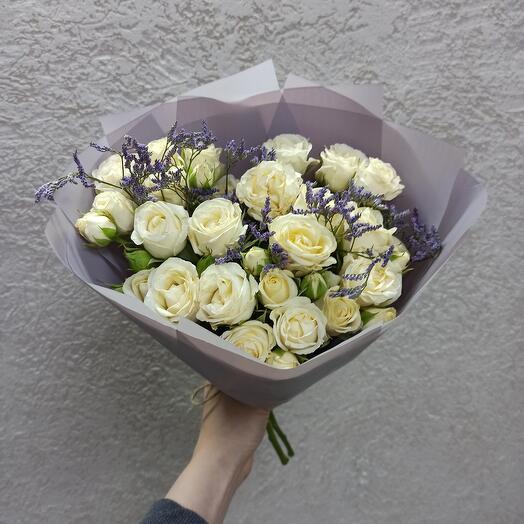 Нежные розы с лимониумом в стильной упаковке