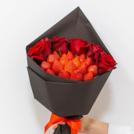 Клубничный букет с 5 розами