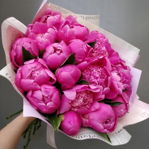 19 ярко розовых ароматных пионов