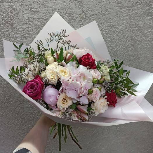 Шикарный букет с пионом, гортензией и ассорти цветов