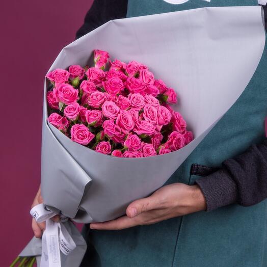 Букет из малиновых кустовых роз