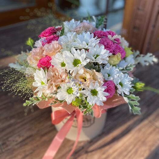 Композиция в шляпной коробке из хризантем и роз «Лиана»