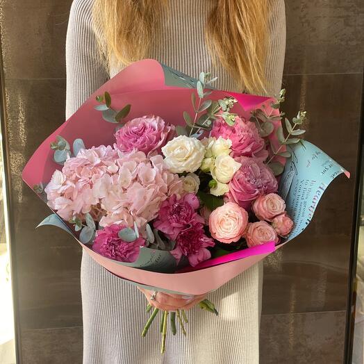 Пионовидные розы с гортензией