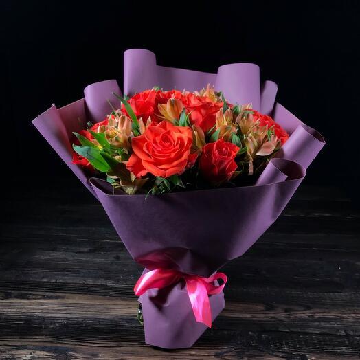 Оранжевые розы с альстромерией