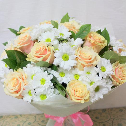 Кремовые розы и хризантема