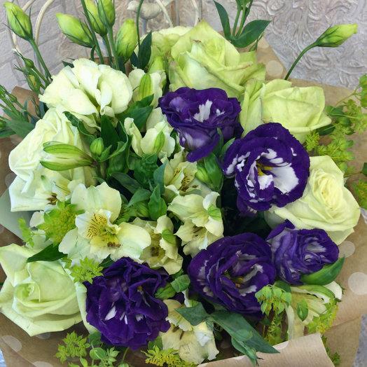 Букет с лизиантусом и розами: букеты цветов на заказ Flowwow