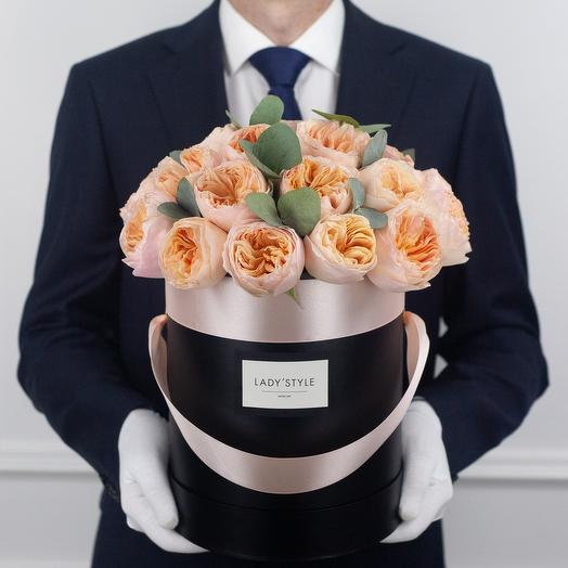 Пионовидные розы Juliet c эвкалиптом в шляпной коробке M