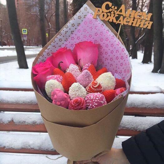 Эффектный букет из клубники и роз