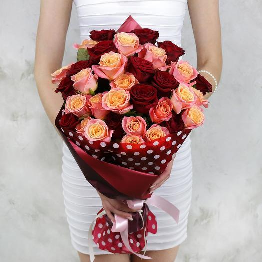 Букет из 31 красных и коралловых роз: букеты цветов на заказ Flowwow