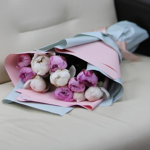 11 белых и розовых пионов в дизайнерской упаковке: букеты цветов на заказ Flowwow