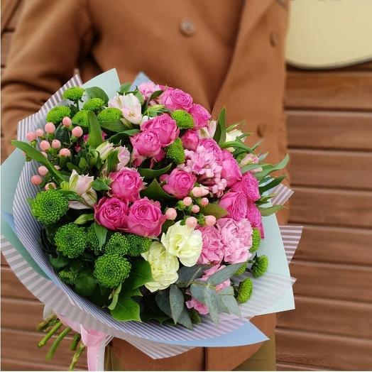 Яркий букет с хризантемой в розово-зеленых тонах