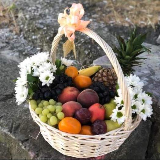 Корзина с фруктами и цветами: букеты цветов на заказ Flowwow
