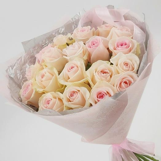 19 нежно-розовых роз с оформлением