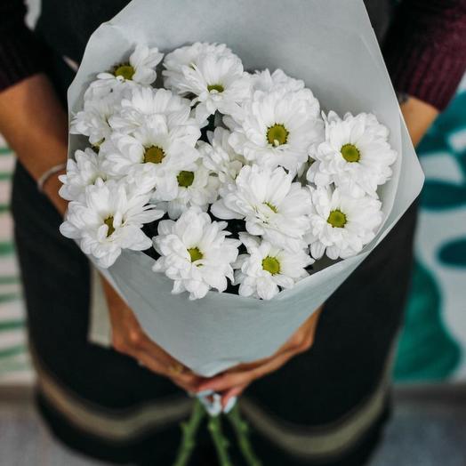 Букет из 3 белых кустовых хризантем в стильной упаковке