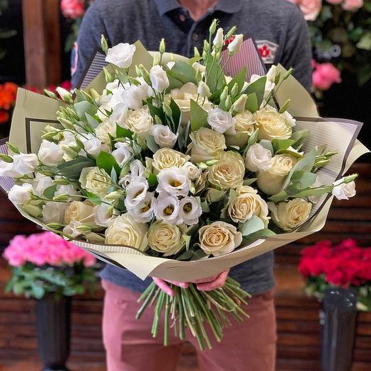 Нежный букет из 19 роз и 7 лизиантусов