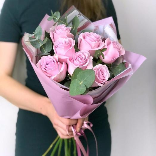 7 розовых роз с зеленью