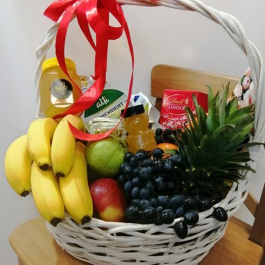 Корзина с фруктами, сыром, мёдом и конфетами