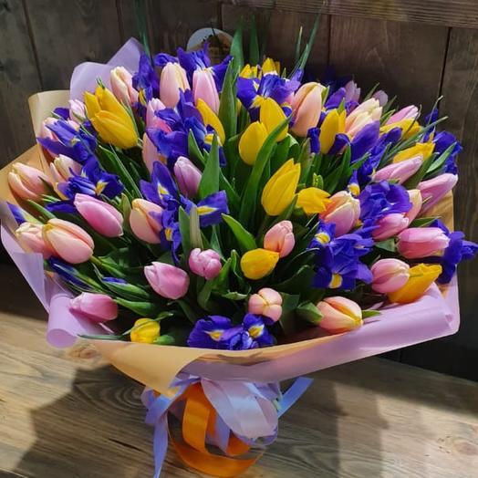 Весенний букет из 101 разноцветного тюльпана с ирисами