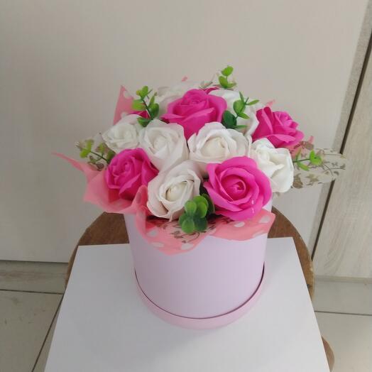 Букет из мыльных роз в шляпной коробке