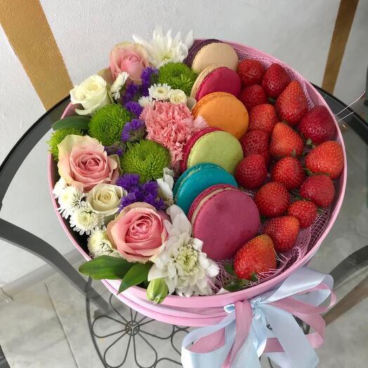 Клубника с макарунами и цветами