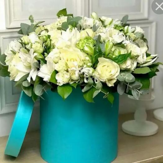 Белые розы и альстромерии в бирюзовой шляпной коробке