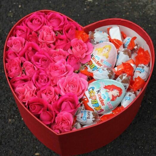 Сердце из цветов и киндеров