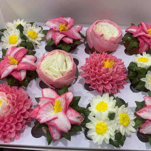 Бокс цветочных капкейков из творожного крема 12 шт