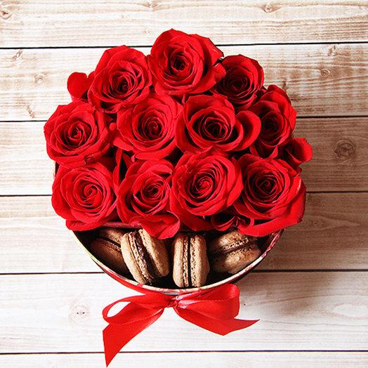 Красные розы с макаронс в коробке: букеты цветов на заказ Flowwow