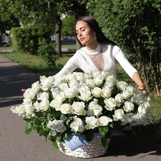 Композиция из белых роз и маттиол: букеты цветов на заказ Flowwow