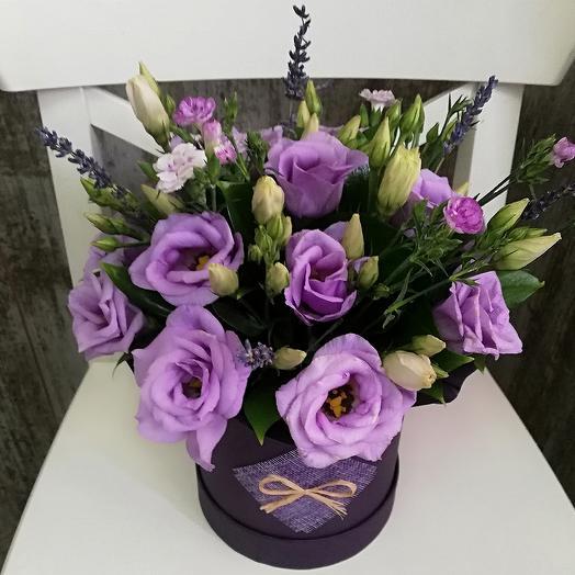 Лавандовая эустома в шляпной коробке: букеты цветов на заказ Flowwow