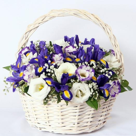 Корзина из 51 ириса и 10 белых лизиантусов: букеты цветов на заказ Flowwow