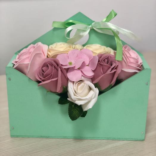 Композиция из неувядающих мыльных роз в конверте: букеты цветов на заказ Flowwow
