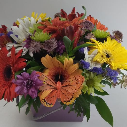 Цветочная коробка с бабочкой: букеты цветов на заказ Flowwow