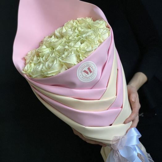 Белые розы в модной упаковке