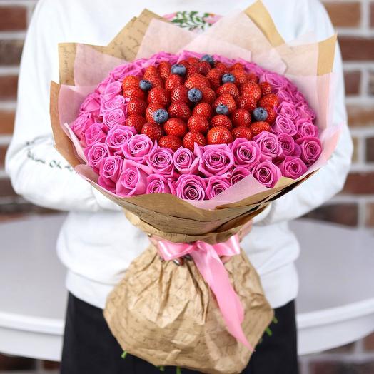Букет из роз с клубникой и голубикой. N674