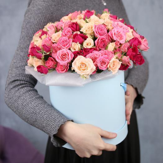 Букет в шляпной коробке из 25 кустовых роз микс