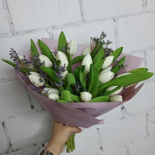 19 хрустящих тюльпанов с лимониумом в стильной упаковке: букеты цветов на заказ Flowwow