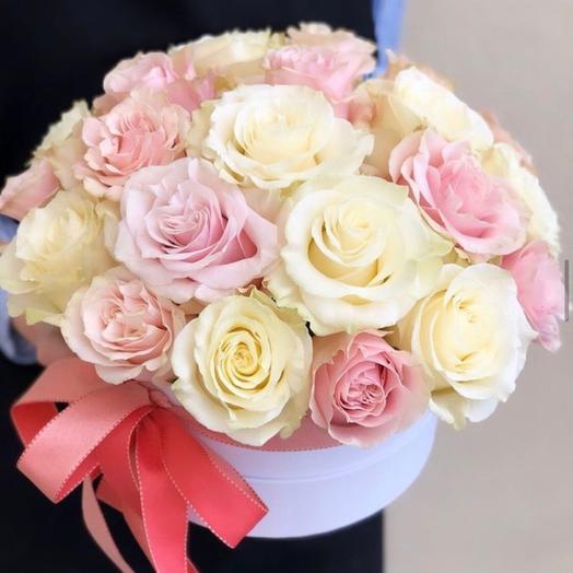 Шляпная коробка с розовыми и белыми розами «Совершенство»