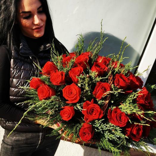 35 роз в корзинке