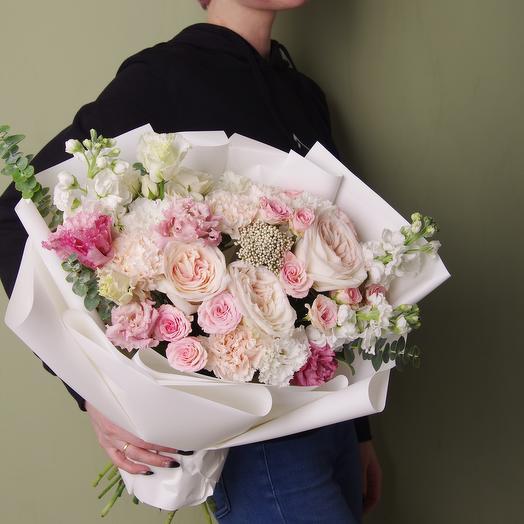 Классический букет в бело-розовой гамме с розами охара и маттиолой