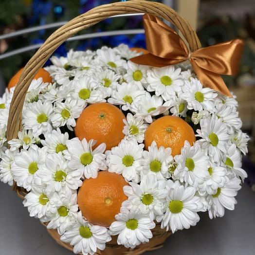 Корзина с цветами и апельсинами