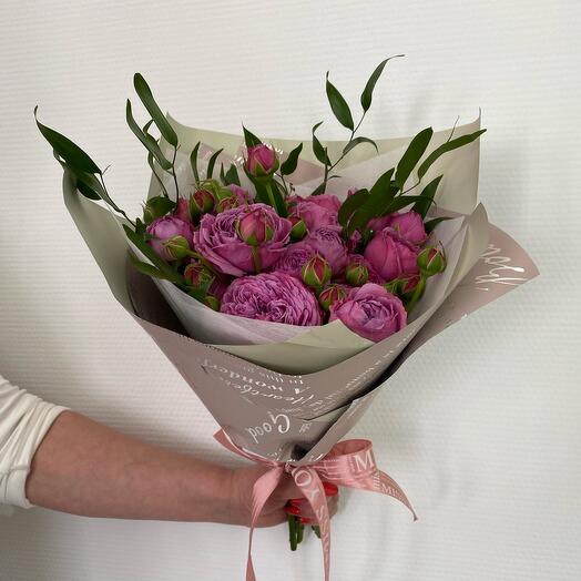 Милый букет с кустовыми пионовидными розами