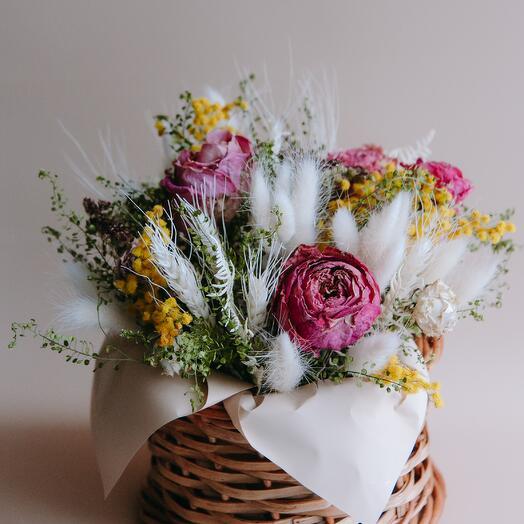 Композиция в корзинке из засушенных цветов