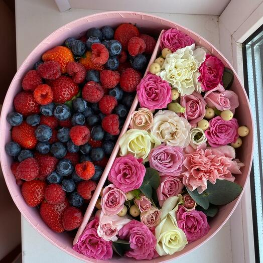 Коробка с ягодами и цветами