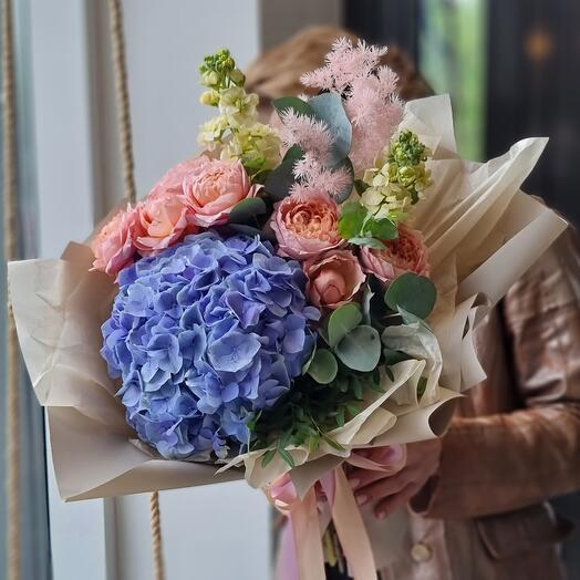 Букет гортензией и пионовидной розой